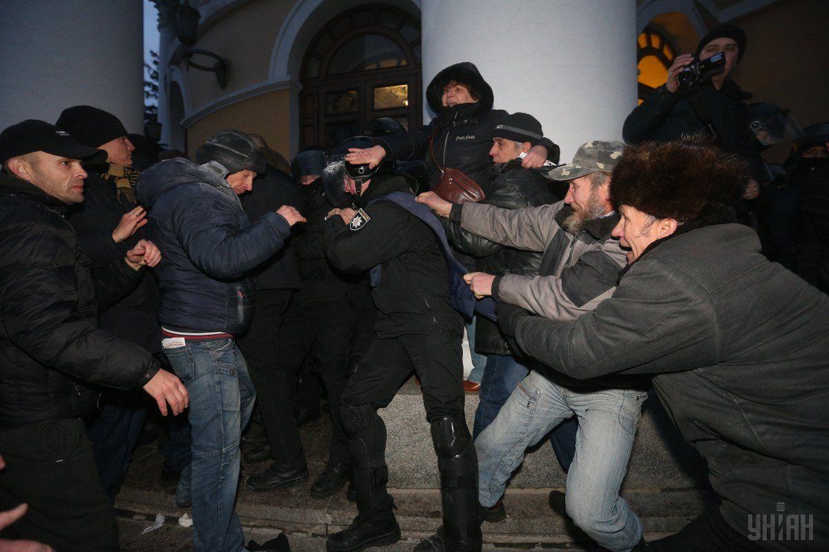 Акция вКиеве: участники вторглись вОктябрьский дворец