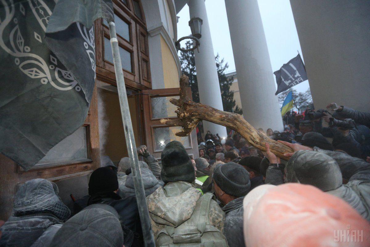 За событиями возле Октябрьского полиция открыла уголовное производство по двум статьям / фото УНИАН