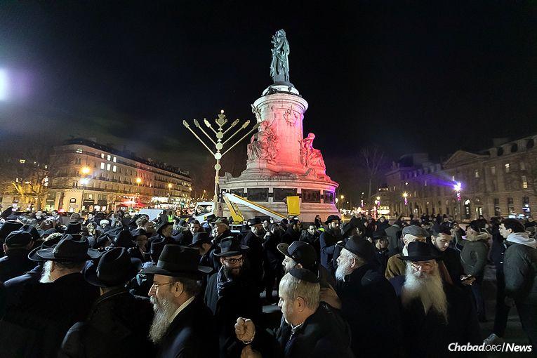Ханукія в центрі Парижа / chabad.org