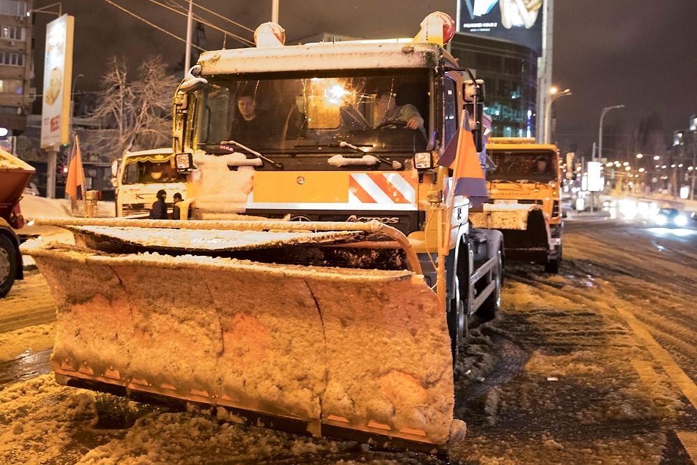 На дорогах міста працює понад 450 одиниць снігоприбиральної техніки / фото kyivcity.gov.ua