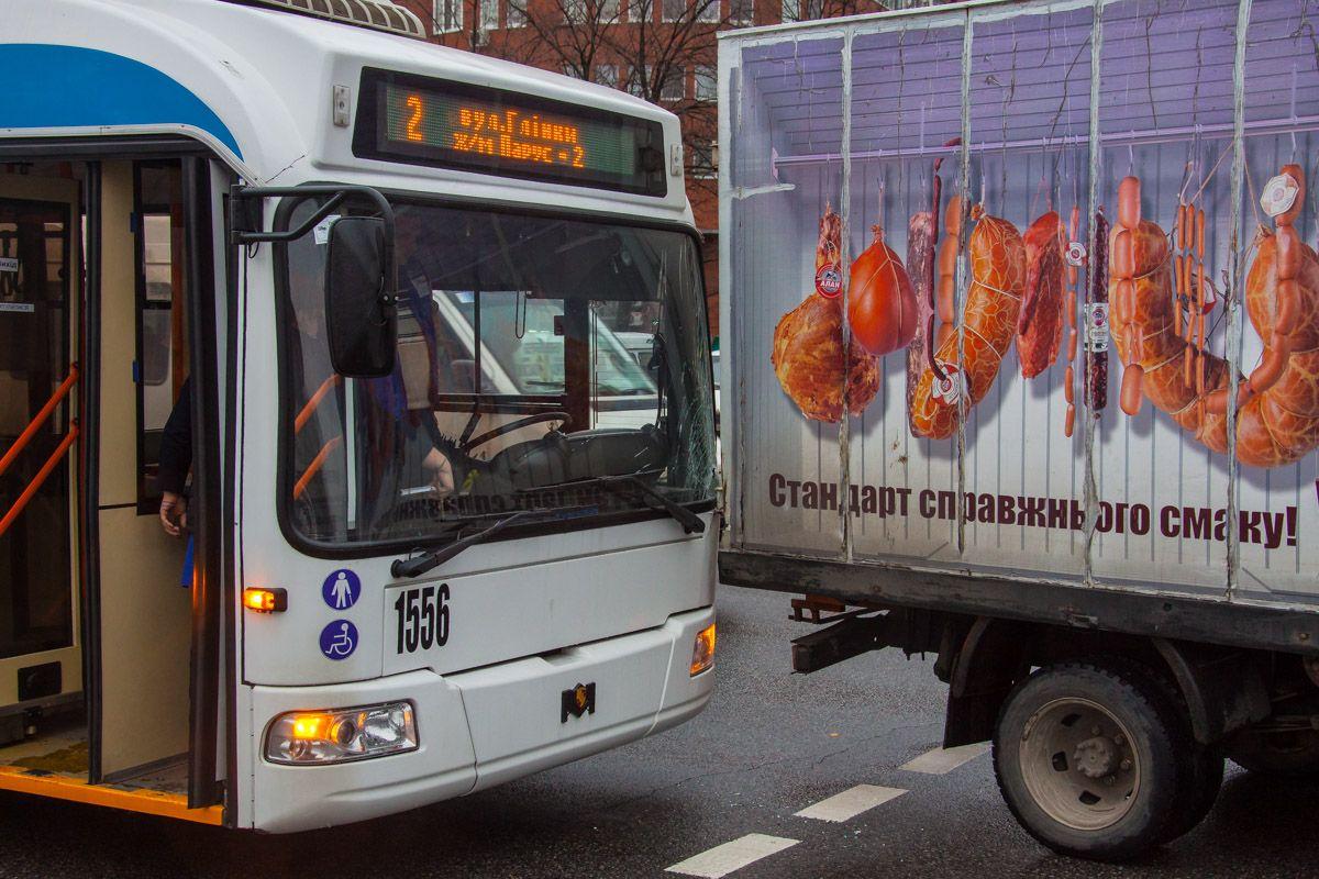 Водитель грузовика заявил, что его подрезали / Фото dp.informator.ua