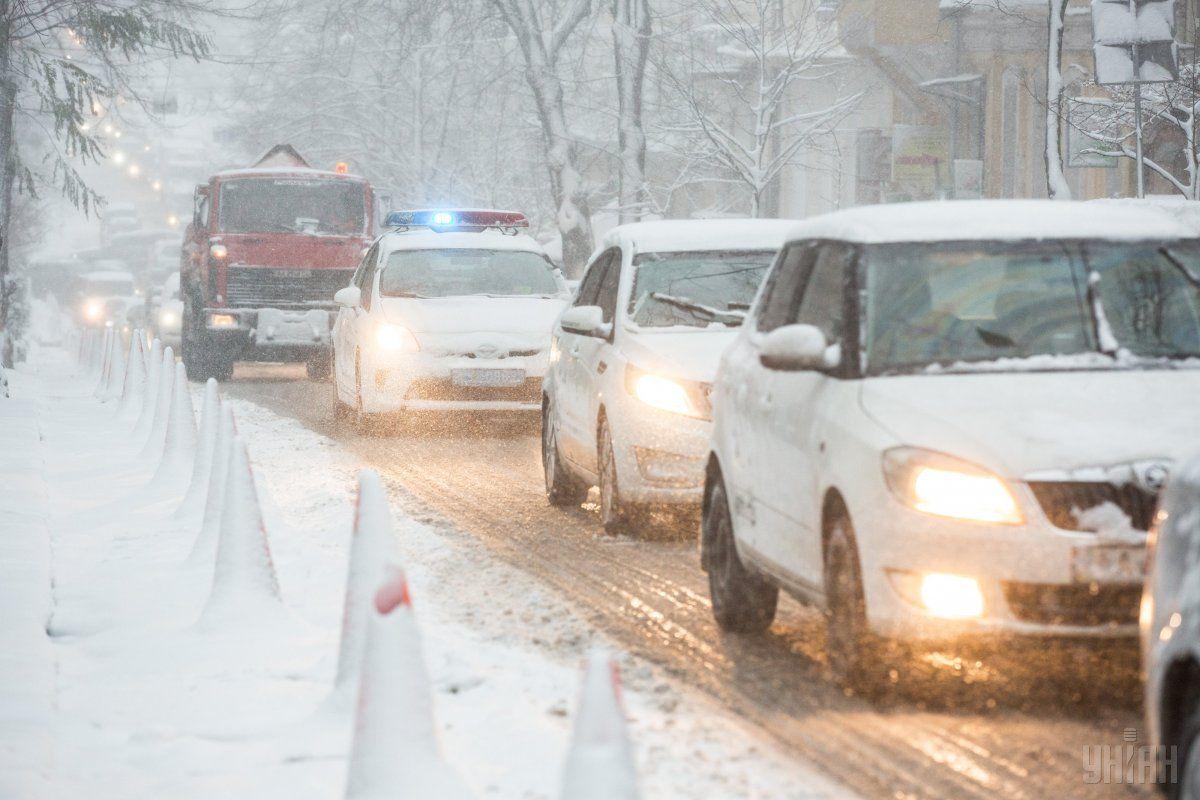 В шести областях ограничили движение транспорта из-за снегопада / фото УНИАН