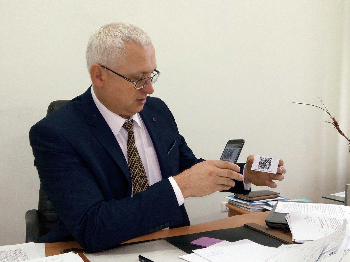 За словами Володимира Богайчука, картку з QR-кодом, яка міститиме  найнеобхідніші для лікарня дані про пацієнта, жителям Тернопільщини нададуть безкоштовно / фото  УНІАН