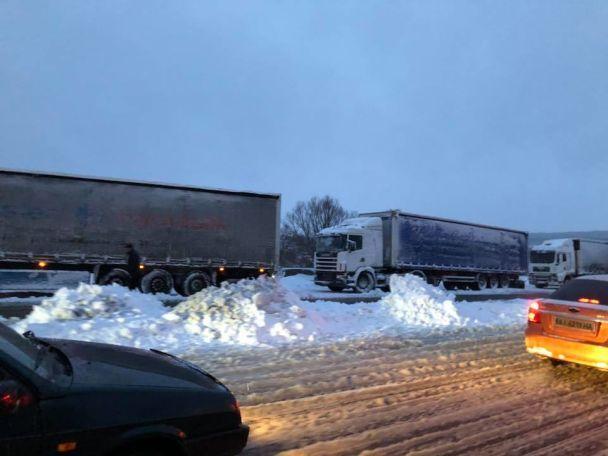 В Україні ліквідують наслідки снігопаду / фото ТСН