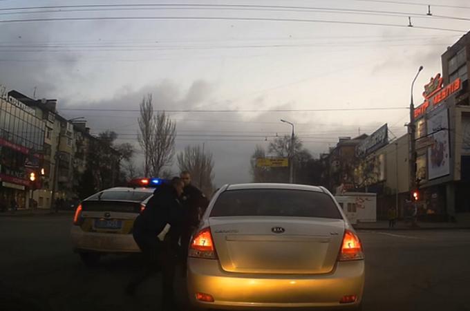 У Запоріжжі патрульні влаштували погоню за водієм, який поспішав до церкви / скрін відео youtube.com
