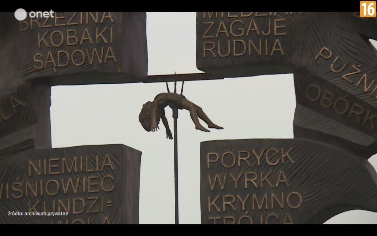Одним з елементів пам'ятника є хрест із дитиною, нанизаною на вила / скріншот onet.pl