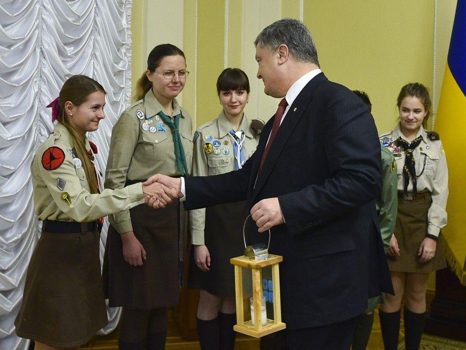 Скауты привезли огонь со Святой земли в знак мира / president.gov.ua