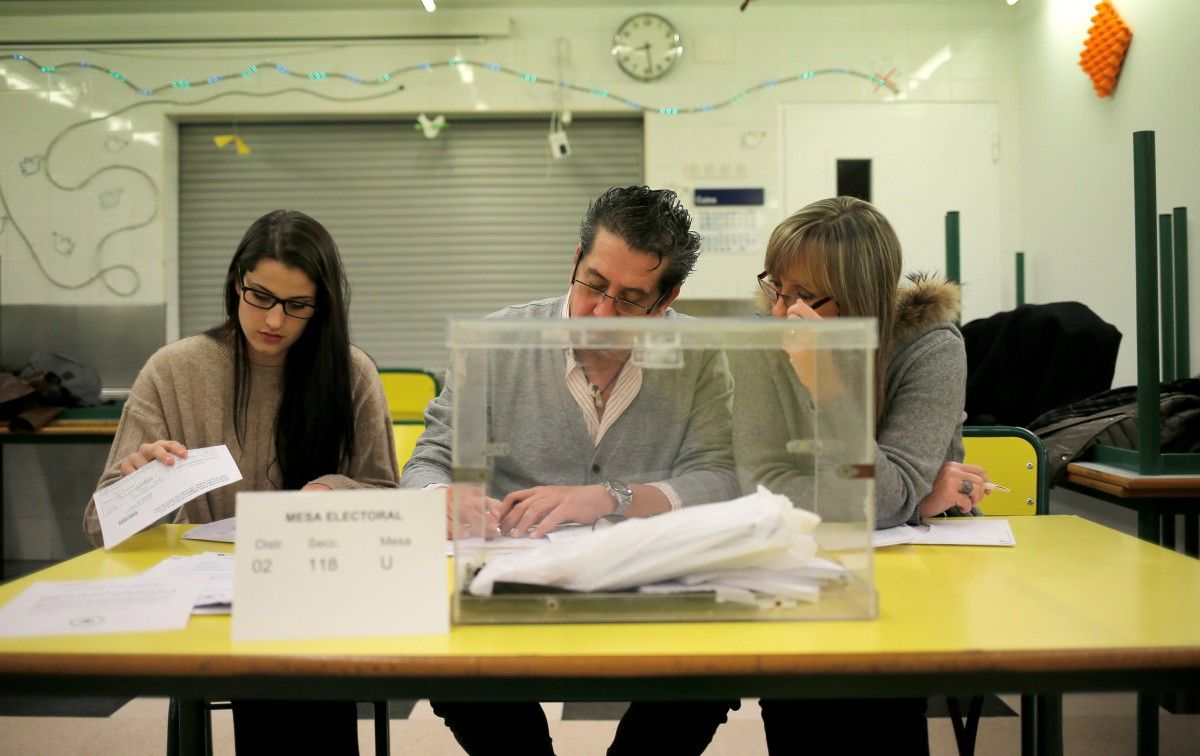Члены избирательной комиссии / REUTERS