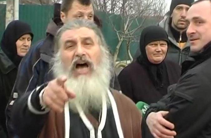 Священик звинувачувався в тому, що поглумився над місцем поховання своєї дружини / vesti-ukr.com