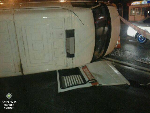 З місця ДТП до лікарні було доставлено троє постраждали / фото facebook.com/lvivpolice