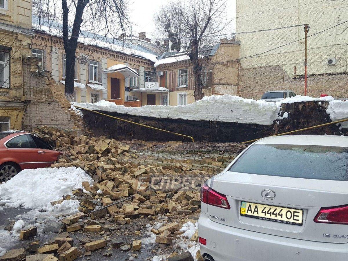 Вцентре украинской столицы обвалилась стена дома: раздавлено две машины