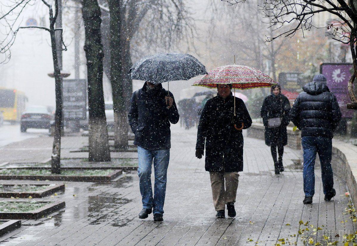Завтра у більшості областей України очікуються опади у вигляді дощу та мокрого снігу / УНІАН