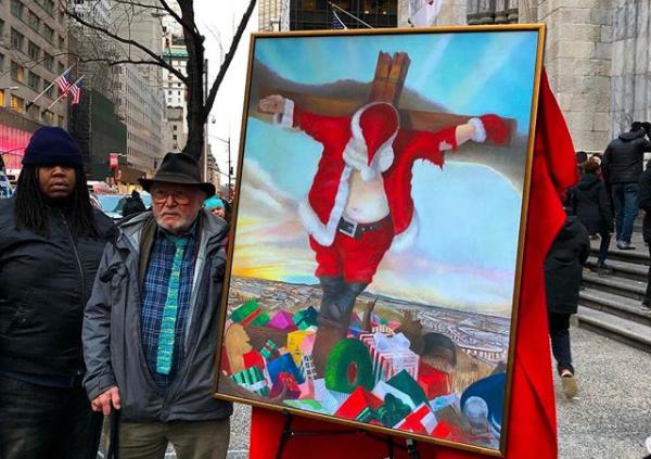 Возле одного из храмов Нью-Йорке появилась картина с изображением распятого Санта Клауса / instagram.com/r_couri_hay