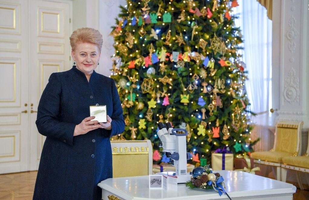 Президент Литвы подарила Папе Римскому самый маленький в мире вертеп / lrp.lt