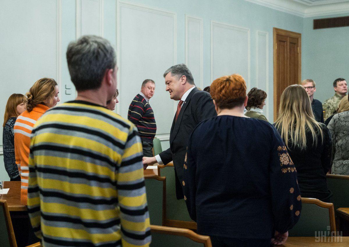 Порошенко встретился с родственниками заложников / Фото УНИАН