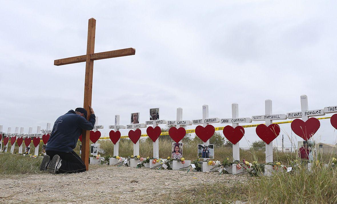 Мемориал погибшим в баптистской церкви города Сатерленда-Спрингс 5 ноября / Global Look Press