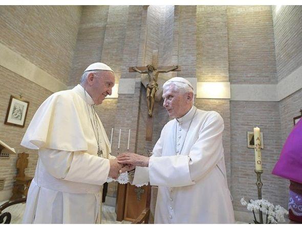 Папа Римский Франциск и Папа на покое Бенедикт XVI / EPA