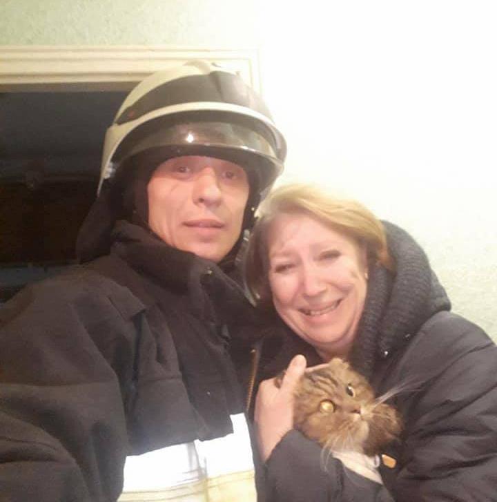 Днепропетровские спасатели спасли кота / фото facebook.com/MNS.GOV.UA