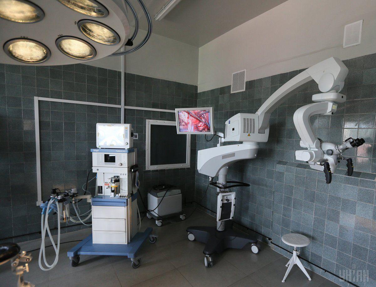 Во время уникальной операции хирург не использовал скальпелей и ножей / фото УНИАН