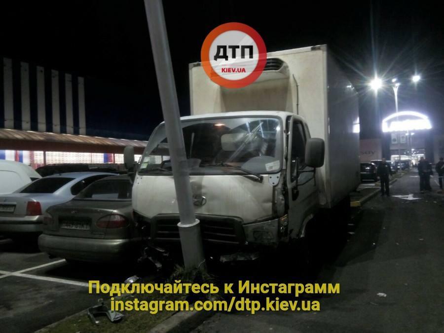 Грузовик в итоге врезался в столб / фото facebook.com/dtp.kiev.ua