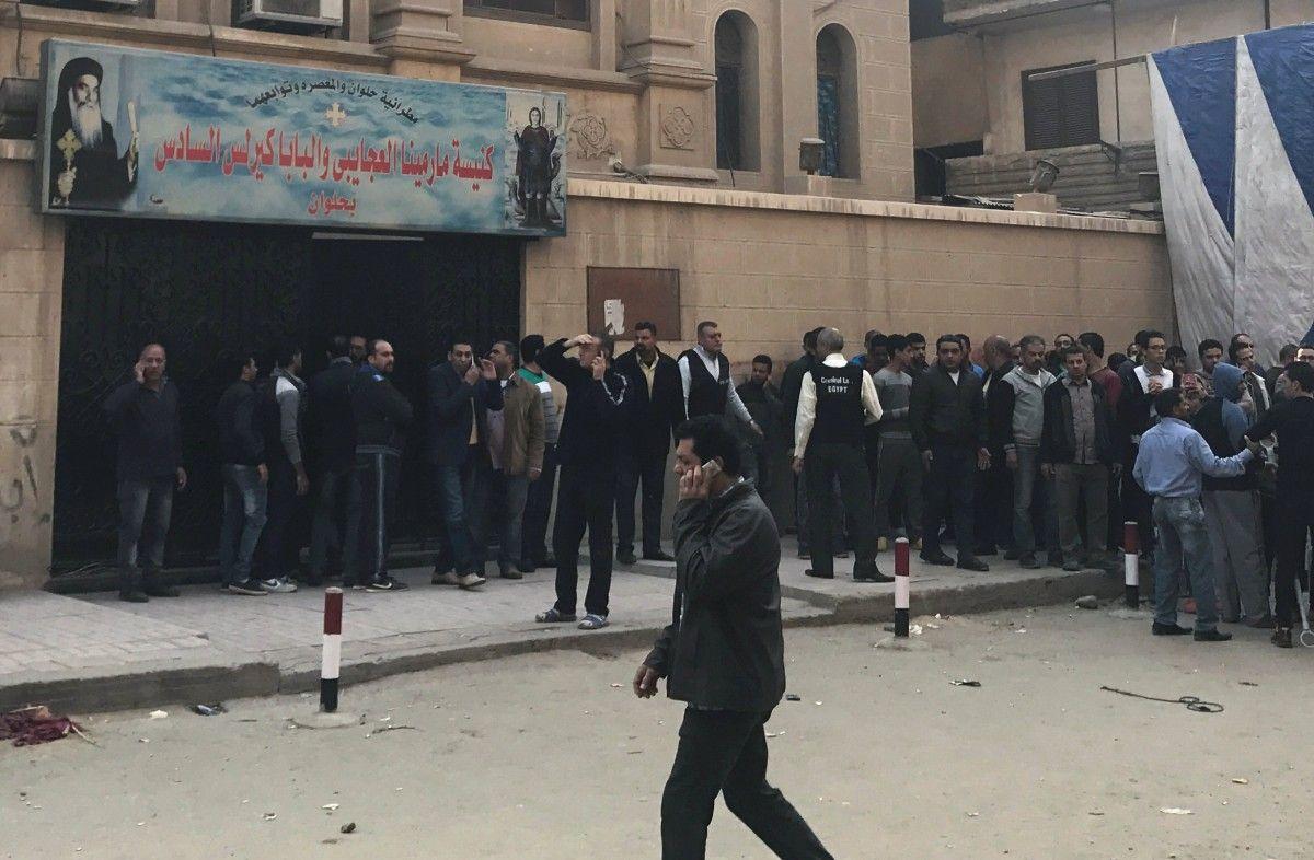 Люди возле церкви, в которой произошла стрельба / фото REUTERS