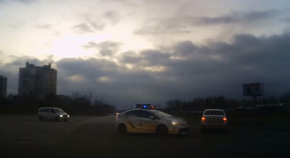 Поспішав до церкви  у Запоріжжі чоловік влаштував перегони з поліцейськими  та скоїв ДТП (відео) (3.60 24) bfac7cbd54f5c