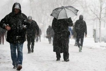 """Оголошено штормове попередження,  очікується до 6 сантиметрів снігу: до України сьогодні увірветься """"зима"""" (відео)"""