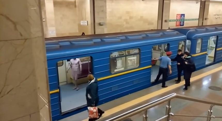 Голий чоловік у київському метро: дебошир лаявся та бив поліцейських, потім потрапив до лікарні (відео)