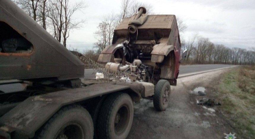 У Тернополі патрульні загасили пожежу вантажівки