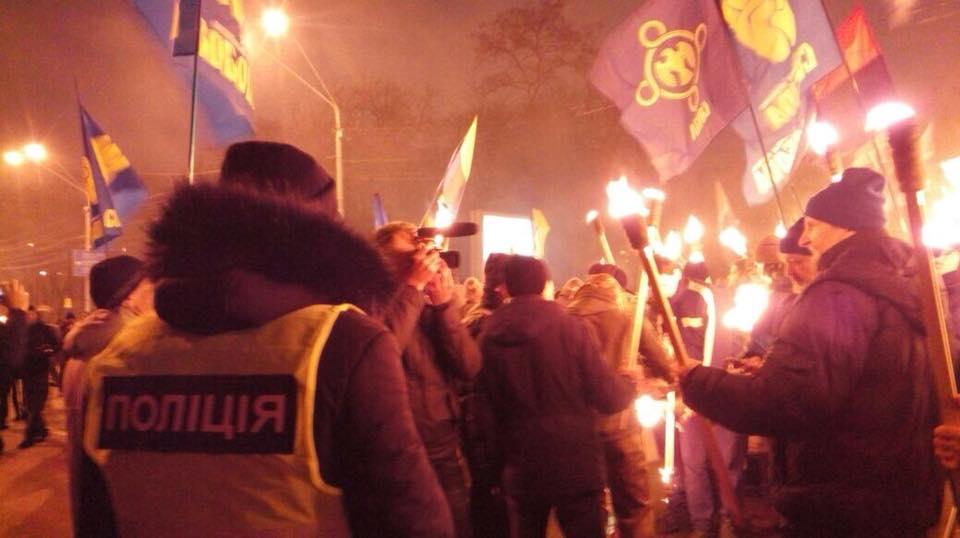 Также участники акции несут портрет Бандеры \ Полиция Киева