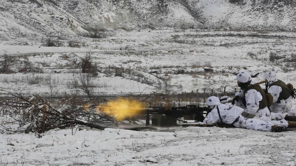 В штабе также отметили, что российско-оккупационные войска продолжают обстреливать укрепления ВСУ / фото Facebook/пресс-центр штаба АТО