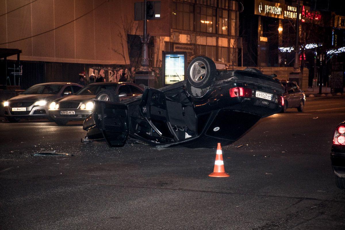 От сильного удара Audi перевернулась на крышу / фото kiev.informator.ua