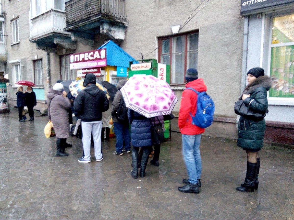 У Тернополі до кіосків з пресою почали шикуватися черги, оскільки багато людей хочуть придбати електронний квток або поповнити його коштами / фото УНІАН