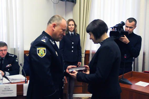 Полицейские вручили подарки работниками