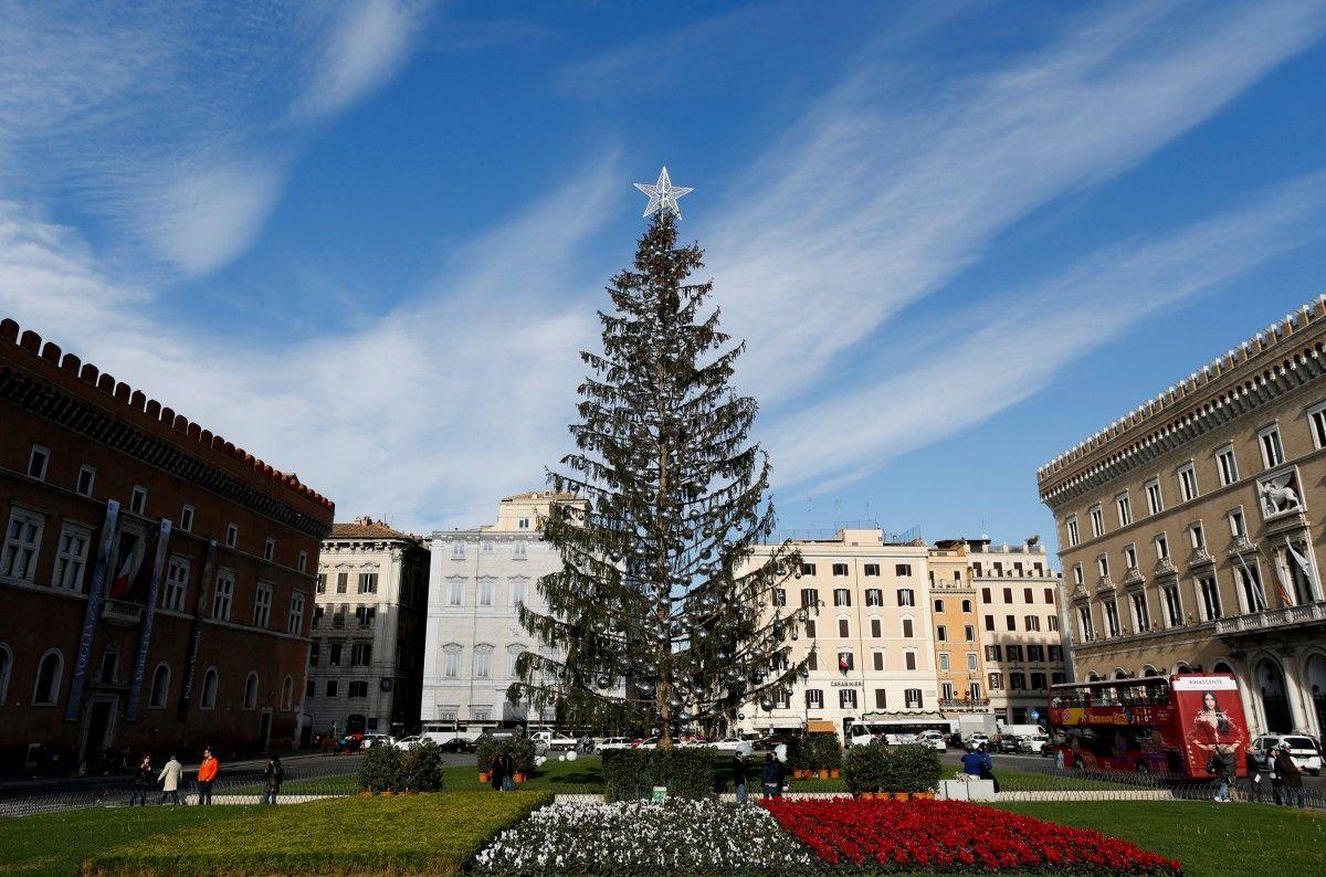 Куцая елка в Риме, которую обсуждал весь мир / фото REUTERS