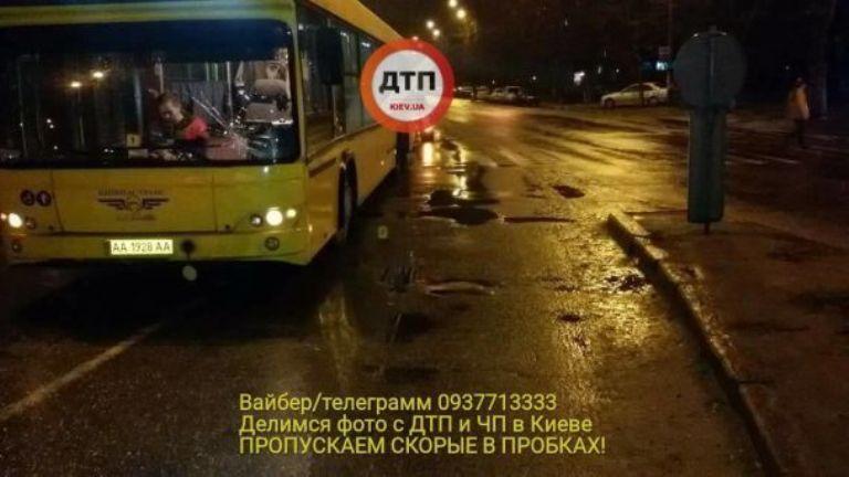В Киеве автобус на переходе сбил женщину / фото dtp.kiev.ua