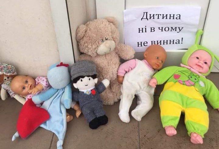 У церквей УПЦ МП в Запорожье появились куклы и игрушки / фото Юрий Гудыменко, Facebook