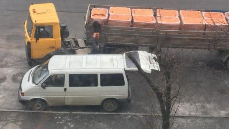 Водій фури допоміг чоловікові вкрасти свій вантаж / фото facebook.com/lyudmyla.dunets