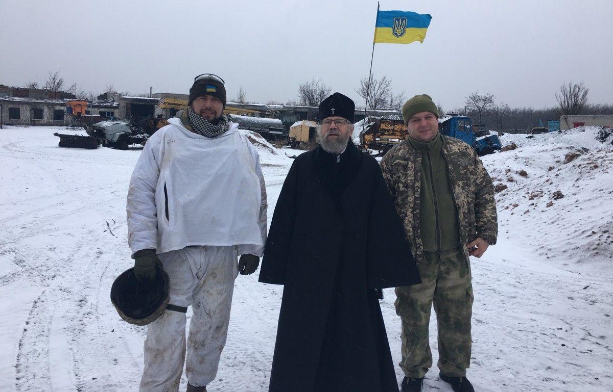 Митрополит Августин вітає бійців на передовій / kapelan.org.ua