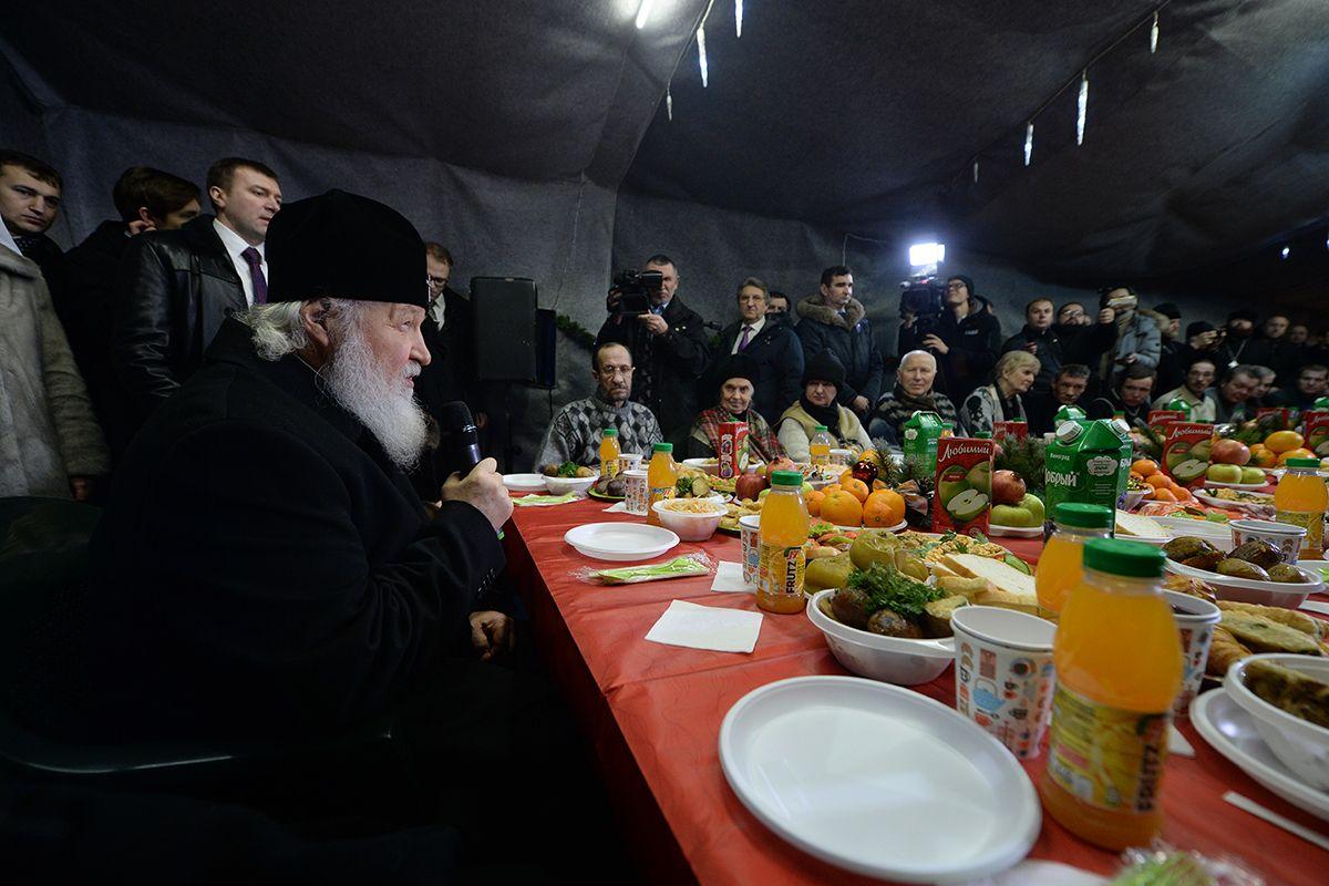 В Рождество Патриарх отобедал с московскими бездомными / www.patriarchia.rи