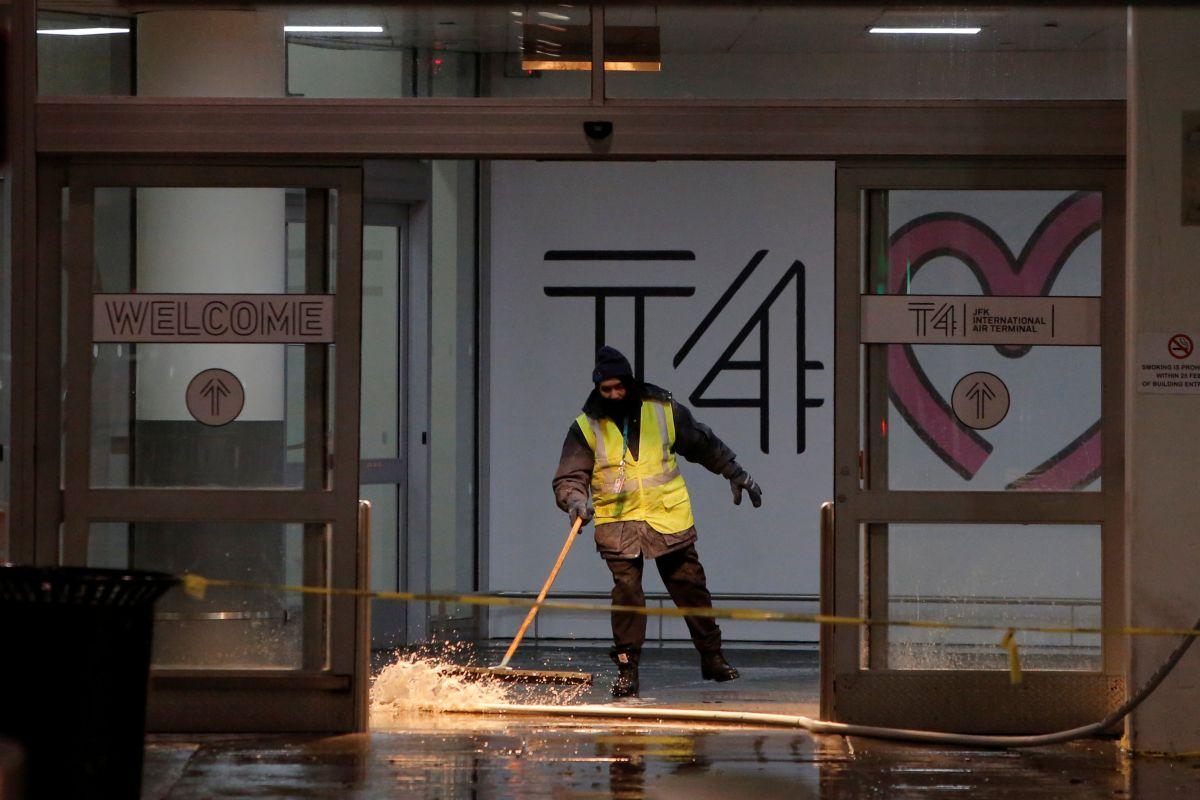 Затопленный терминал аэропорта / REUTERS