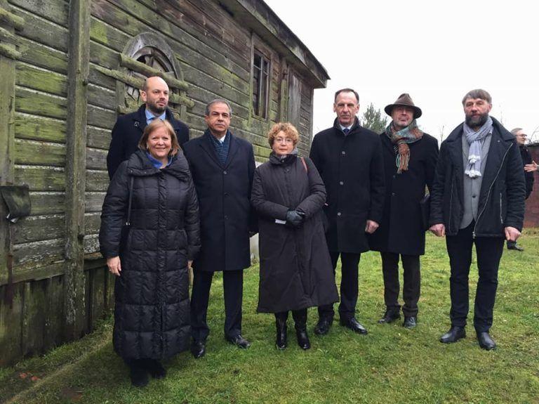Дипломаты Израиля и США, лидер ЕОЛ и вице-министр иностранных дел Литвы посетили деревянную синагогу в Аланте / lzb.lt