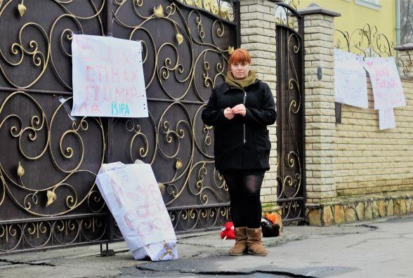 Активисты принесли под епархию детский гроб / vn.20minut.ua