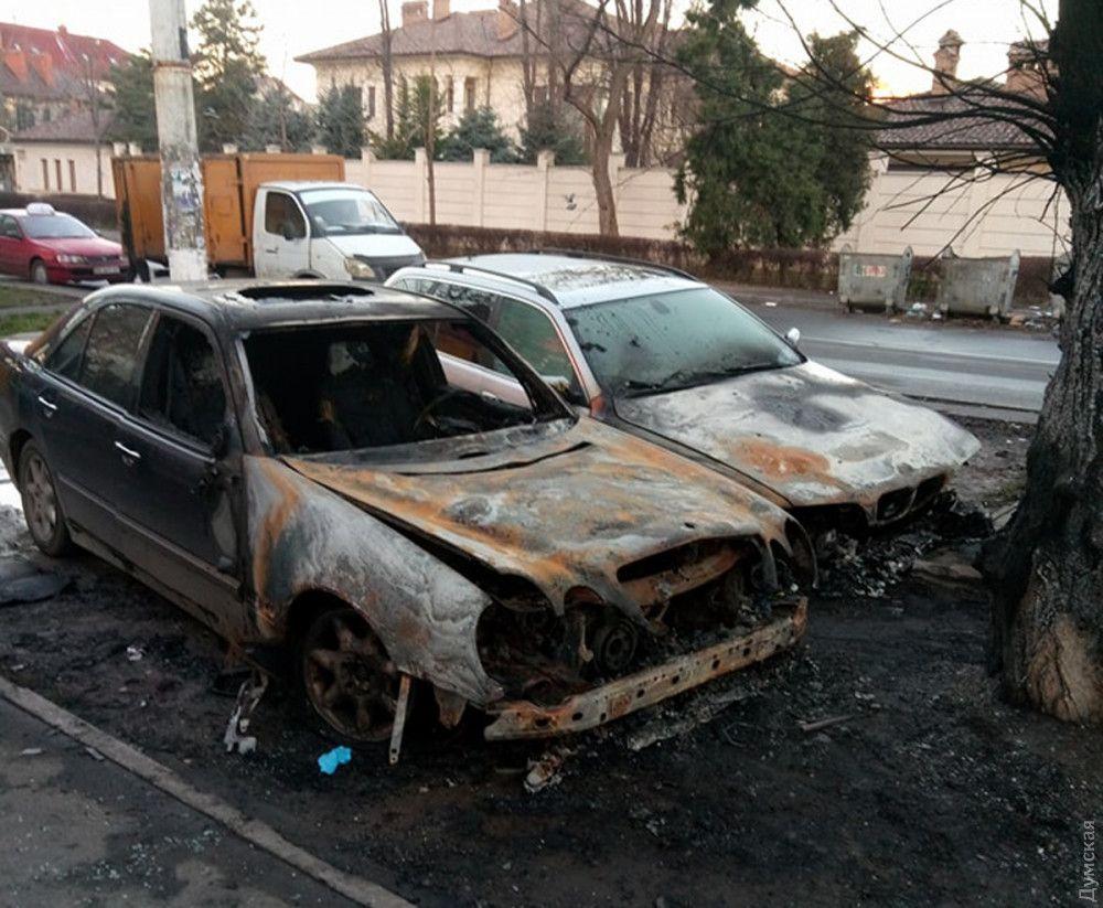 Біля університетського гуртожитку згоріли дві машини / Фото dumskaya.net
