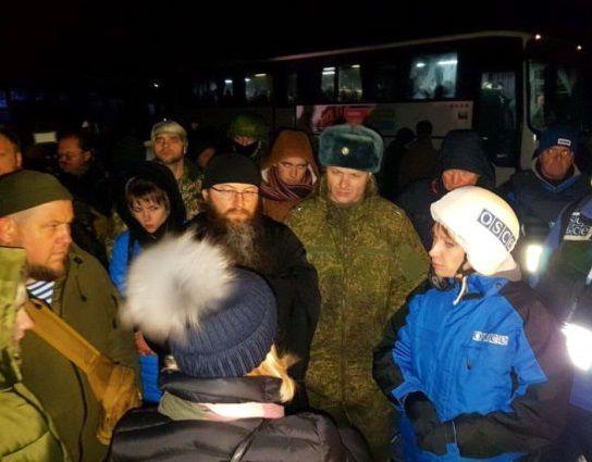 Когда обмен состоялся, всех стали пересаживать в автобус, чтобы везти на украинскую территорию к вертолетам / pravmir.ru