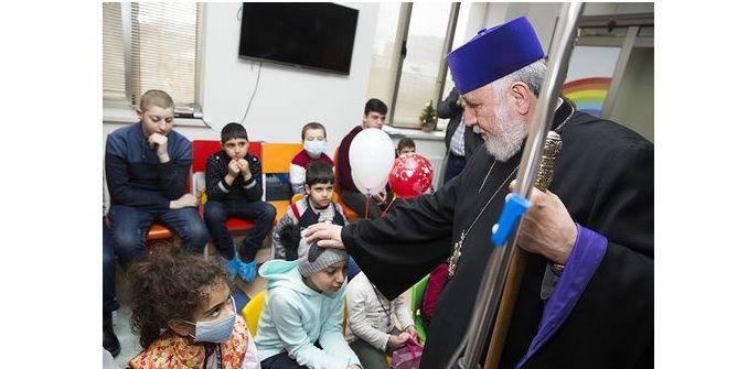 Патриарх-Католикос Гарегин II посетил к Рождеству детей, больных лейкозом / blagovest-info.ru