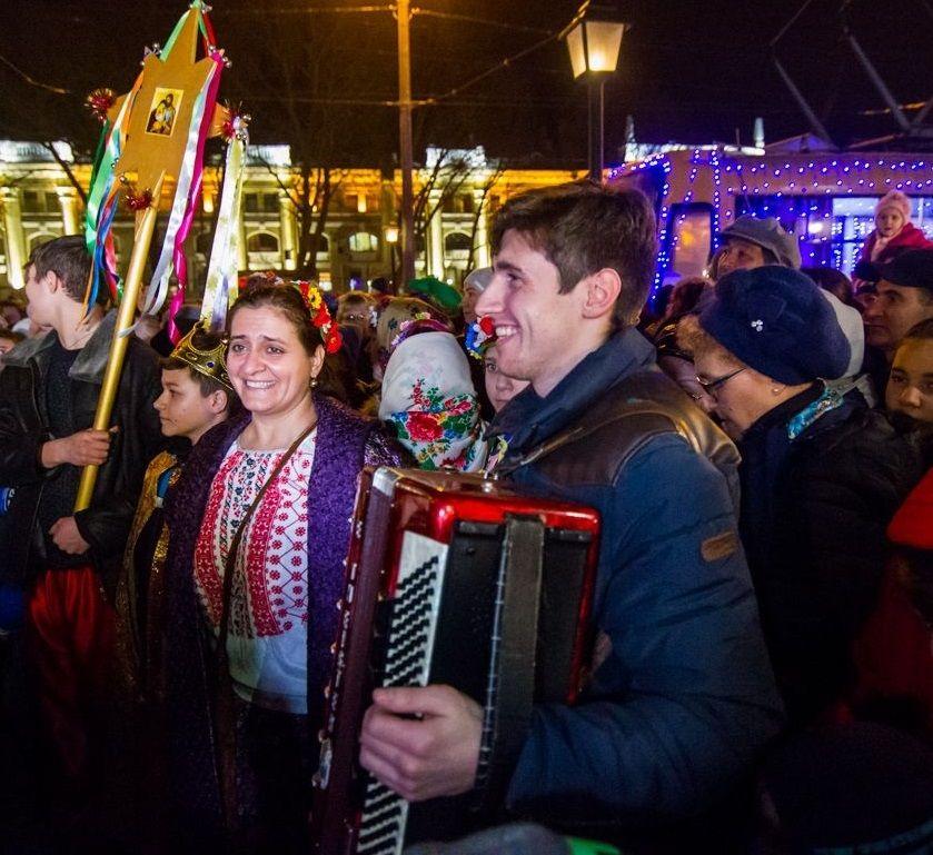 Хорові колективи зібралися біля різдвяного вертепу, встановленого на Старосенной площі / eparhiya.od.ua