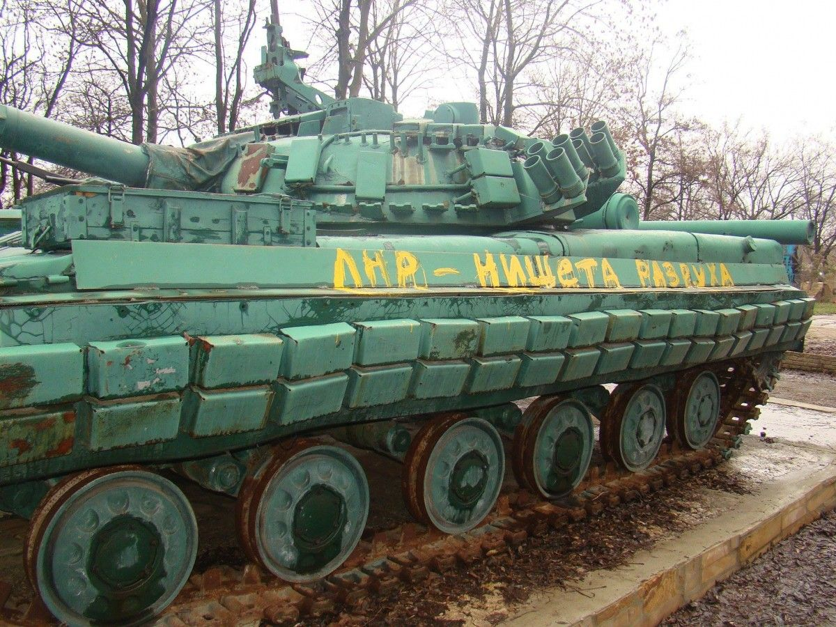 Бойовики заїхали на кладовище на танку / фото: Роман Кошмал
