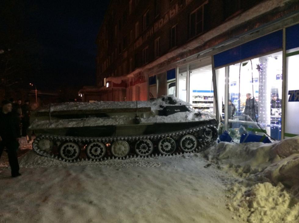 В России мужчина протаранил бронетранспортером магазин, чтобы похитить бутылку вина / фото vgoroden.ru