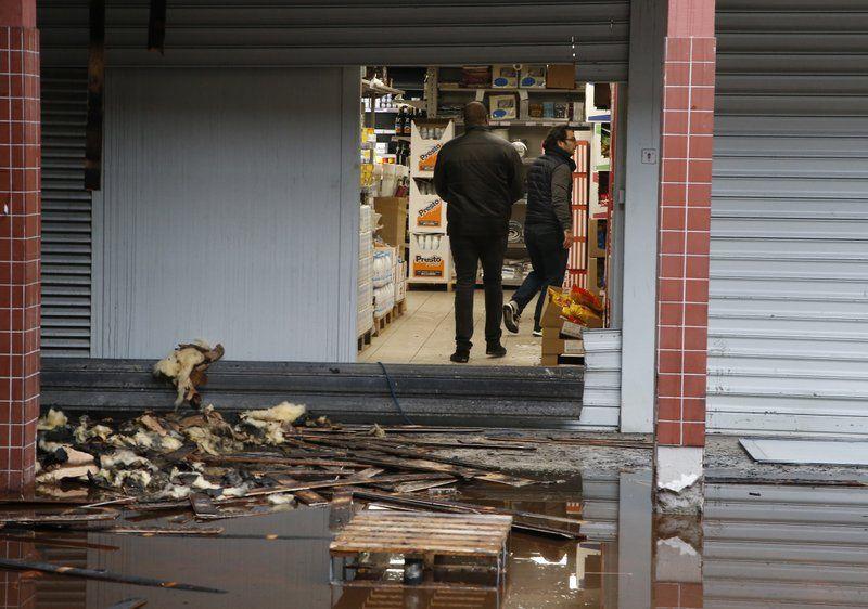 У передмісті Парижа невідомі спалили кошерний магазин / Associated Press